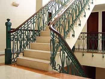 escaleras con elaborados hornamentos y balaustres en